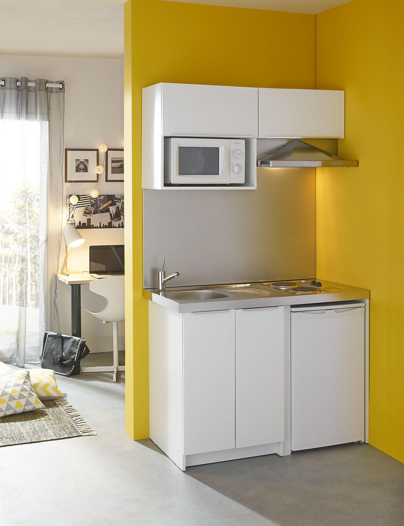 Ambiance en décors studio d'une cuisine d'étudiant avec stylisme