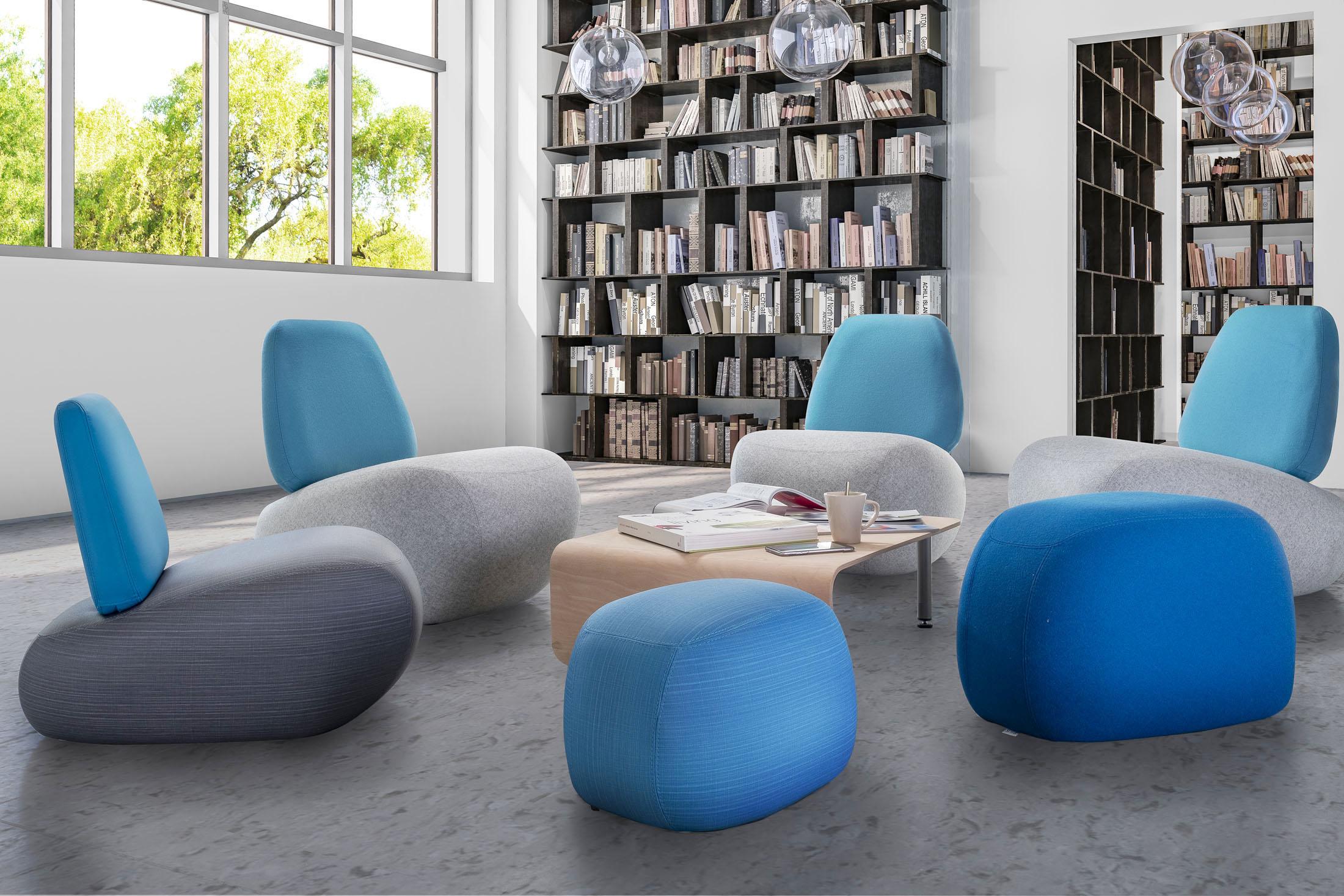 Ambiance de fauteuils dans une médiathèque