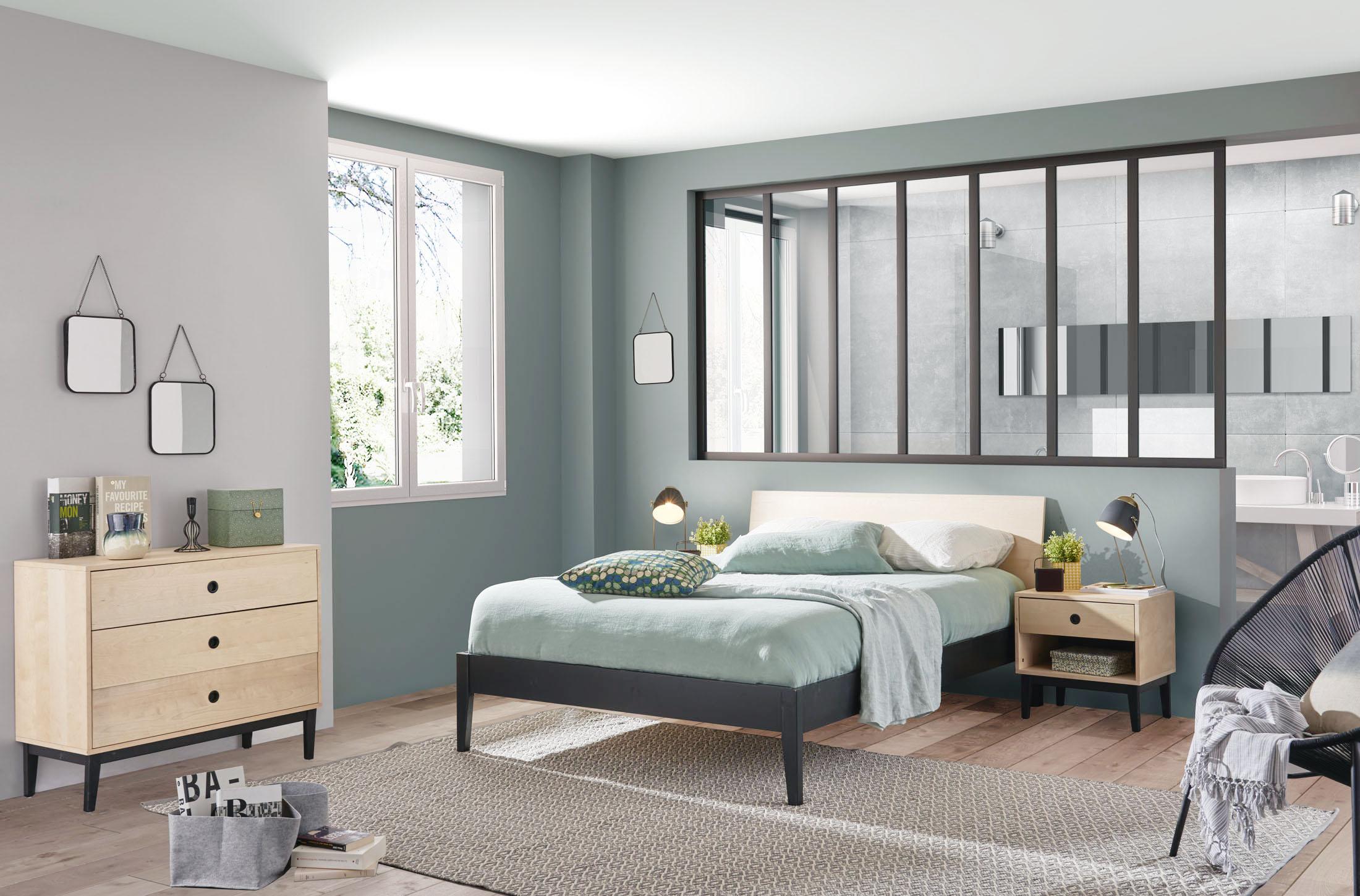 Ambiance décor studio d'une chambre adulte avec un grand lit commode et chevets