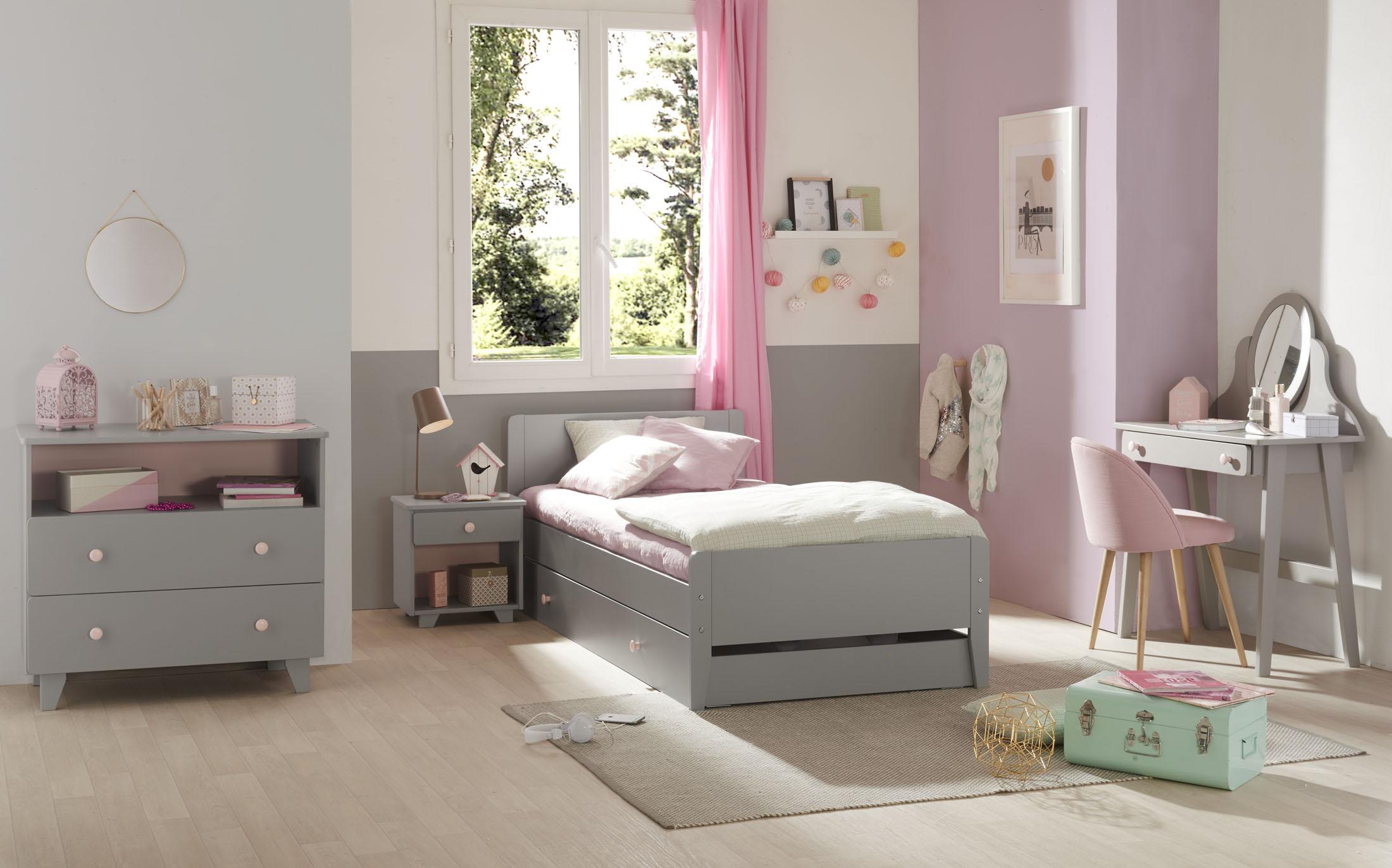 Ambiance Décor studio d'une chambre d'enfant avec un lit une commode et un bureau