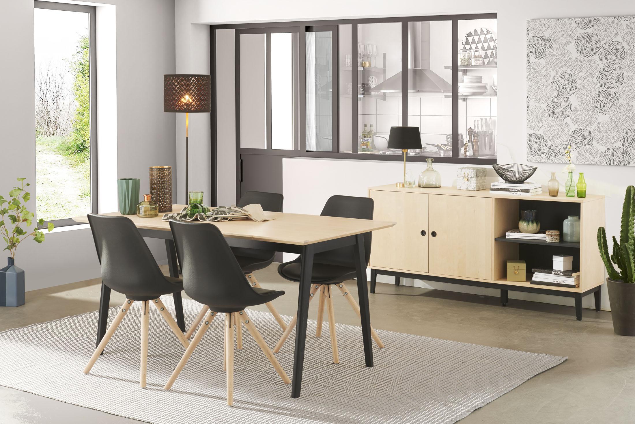 Ambiance réalisée en studio d'une salle à manger avec table chaises et bahut.