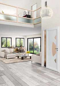 Image d'un intérieur de maison avec une vue sur la porte d'entrée et le salon avec un mannequin sur le canapé