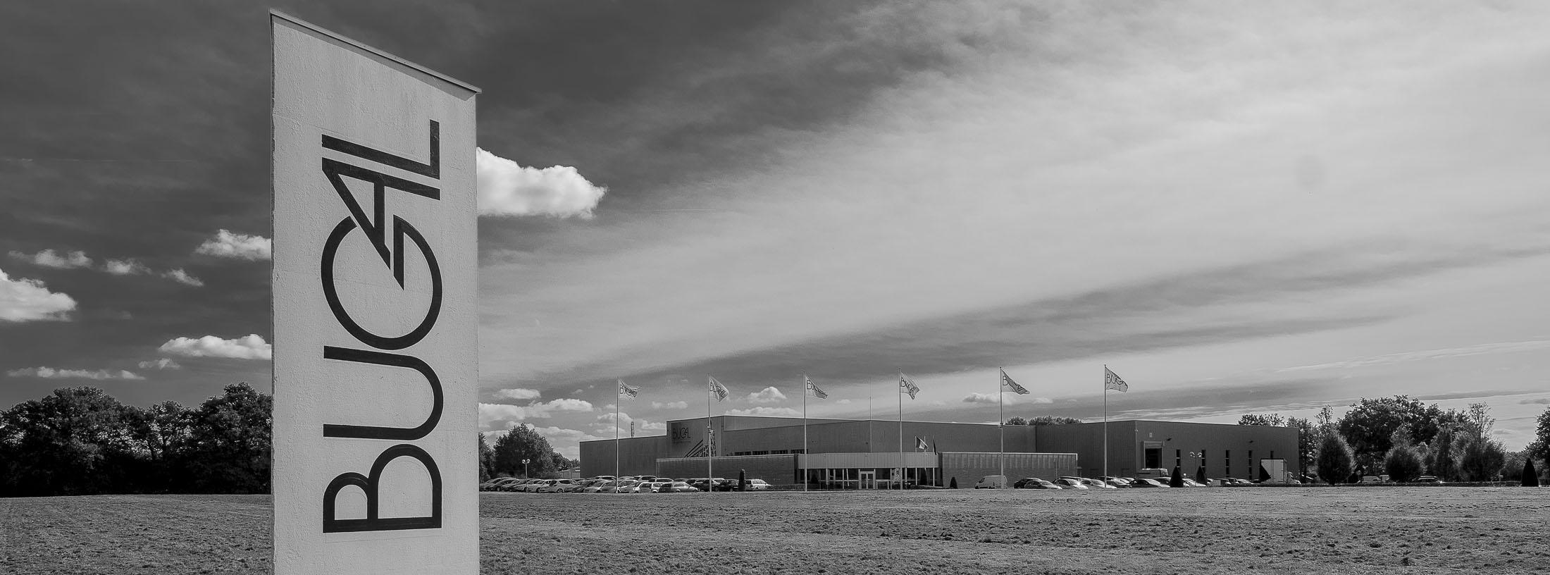 Reportage vue du totem d'entreprise en premier plan et le bâtiment en arrière plan en noir et blanc