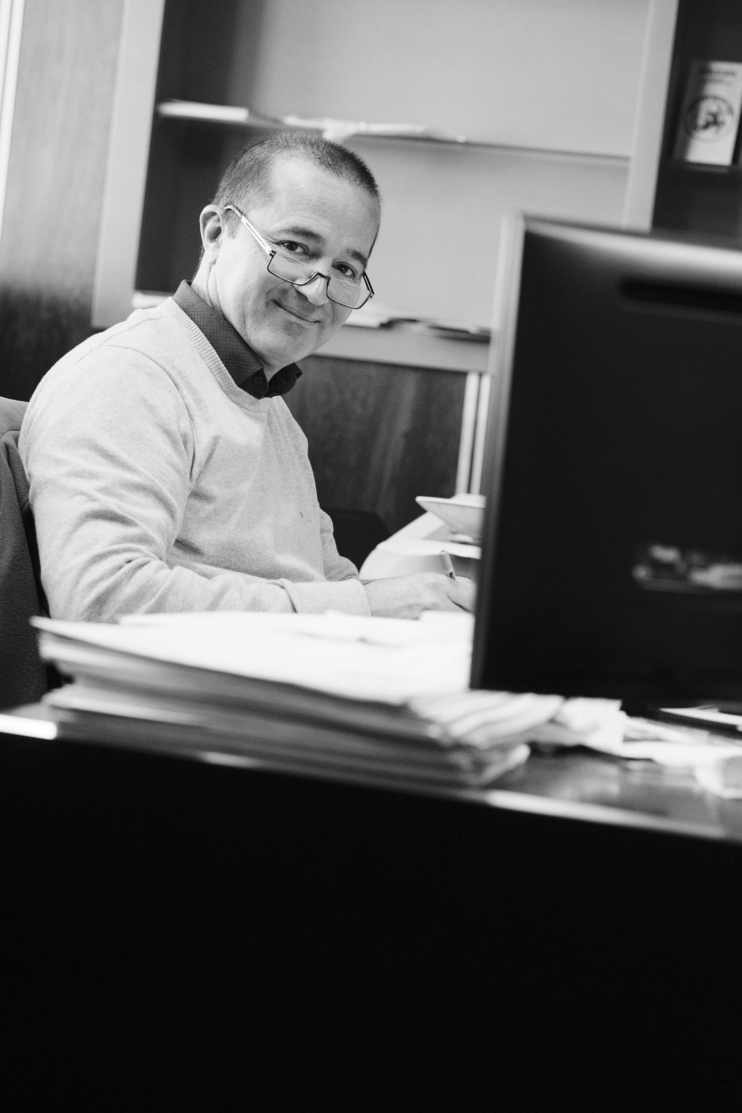 Portrait noir et blanc d'un dirigeant a son bureau