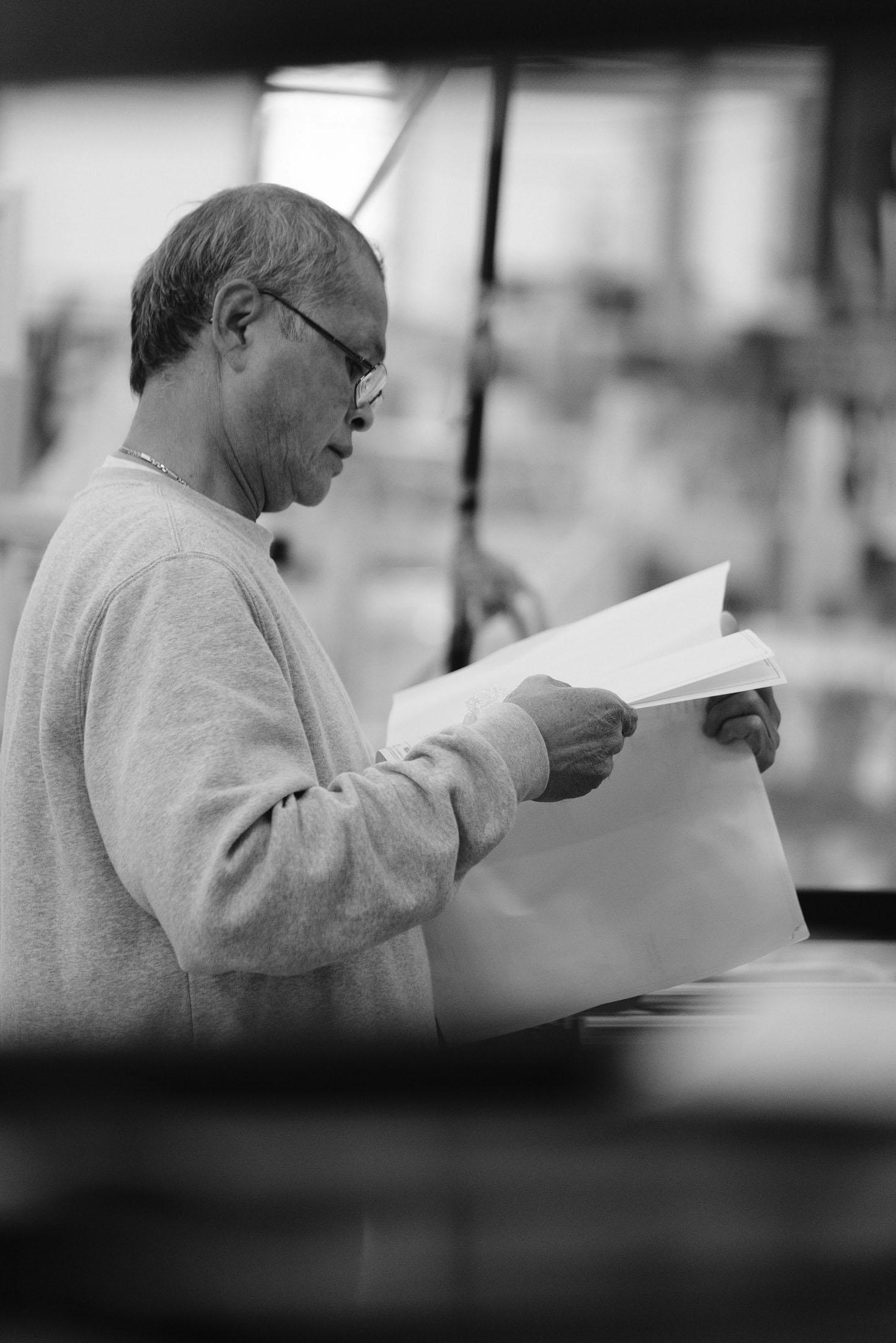 Reportage, photo d'un homme travaillant sur un site industriel