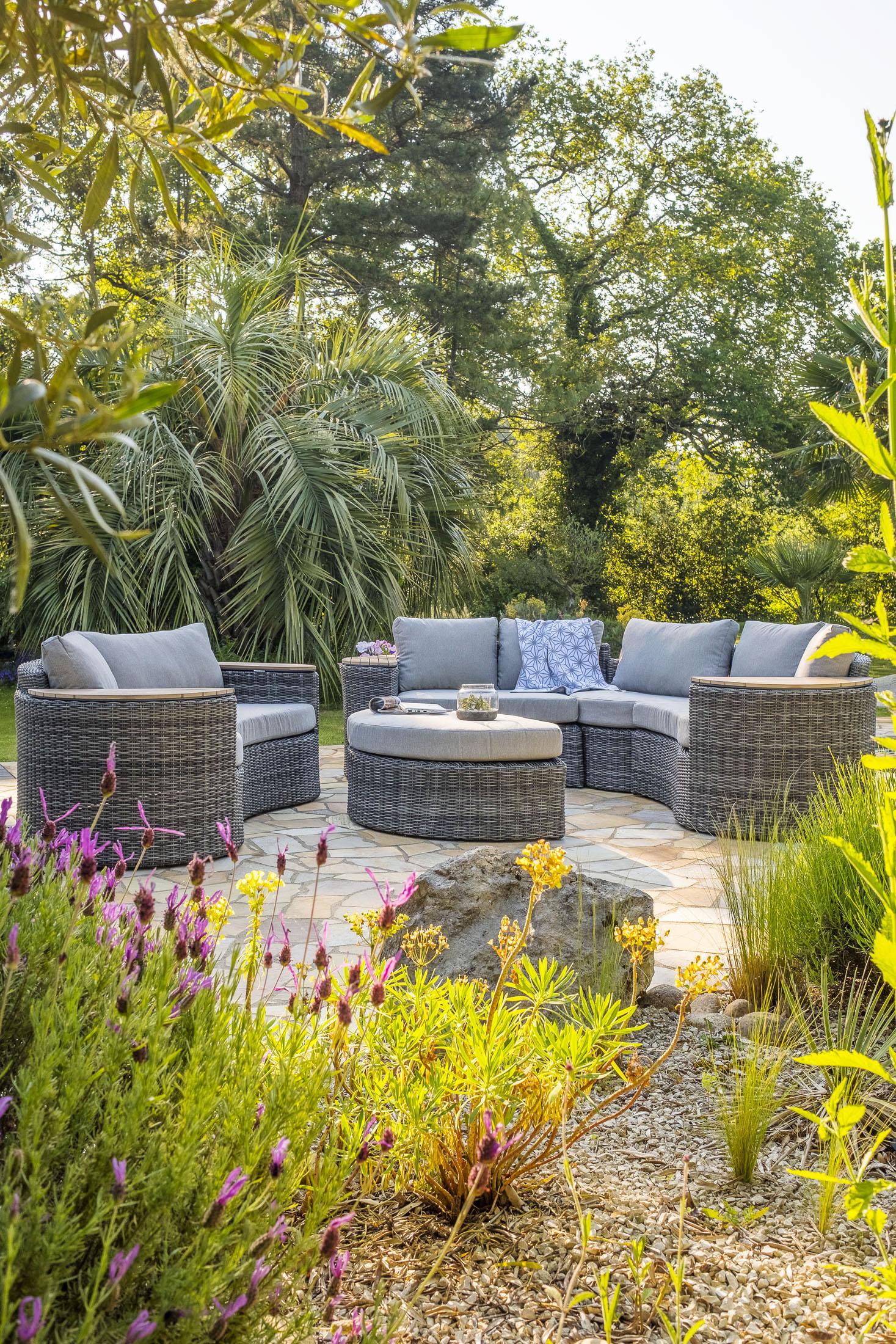 Ambiance de salon de jardin canapé fauteuil table basse