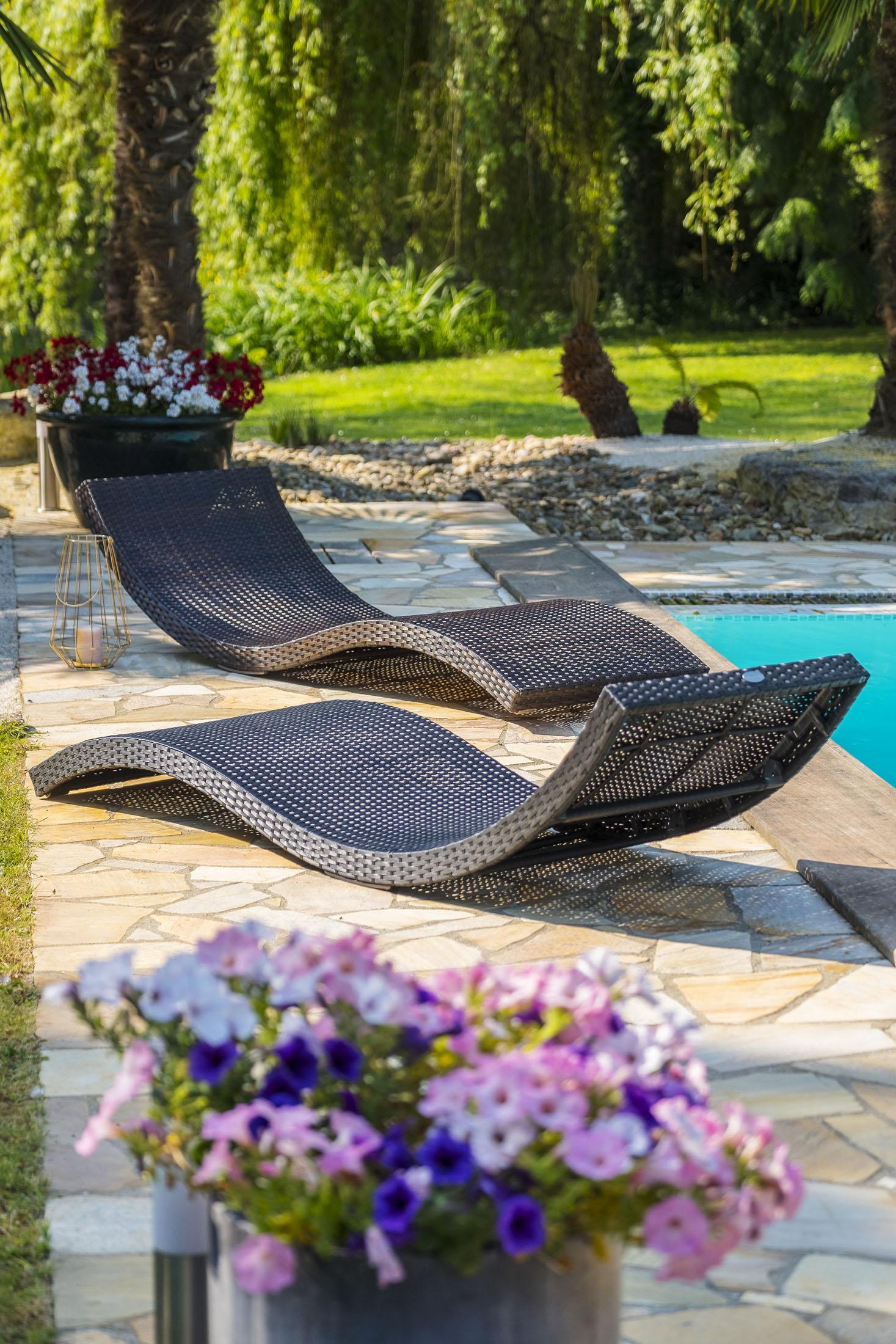 Ambiance photo extérieur de de bains de soleil au bord de la piscine