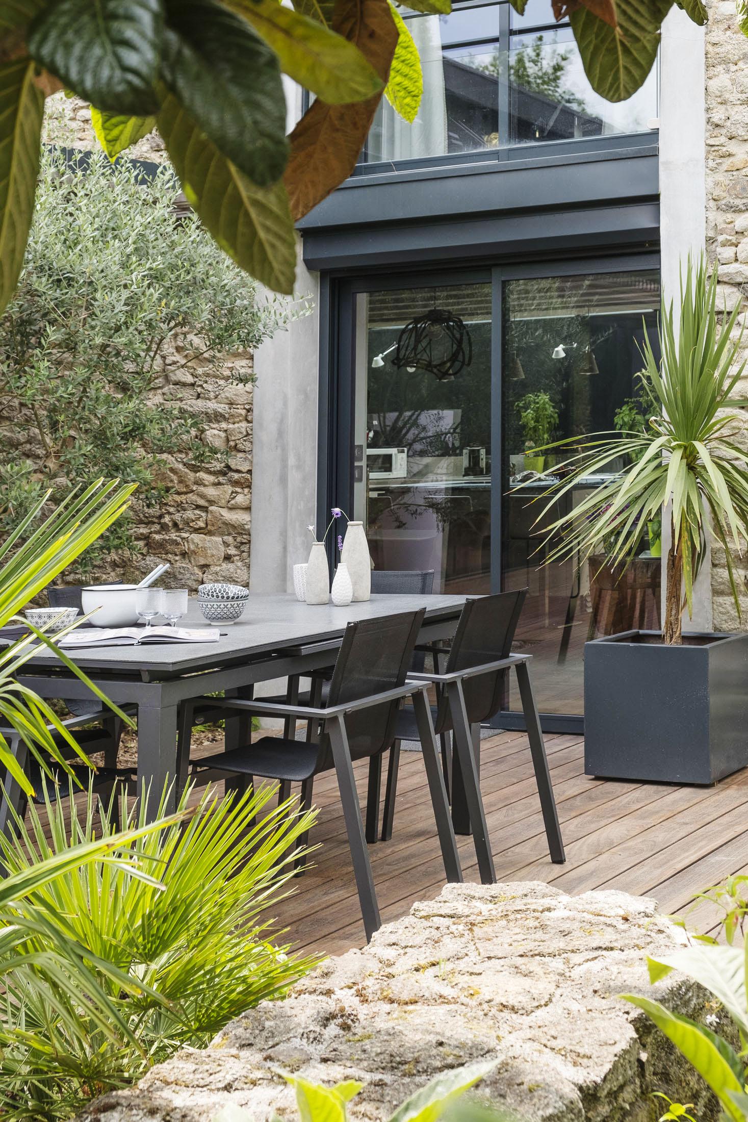 Ambiance extérieur d'une salle à manger dans un jardin devant la maison