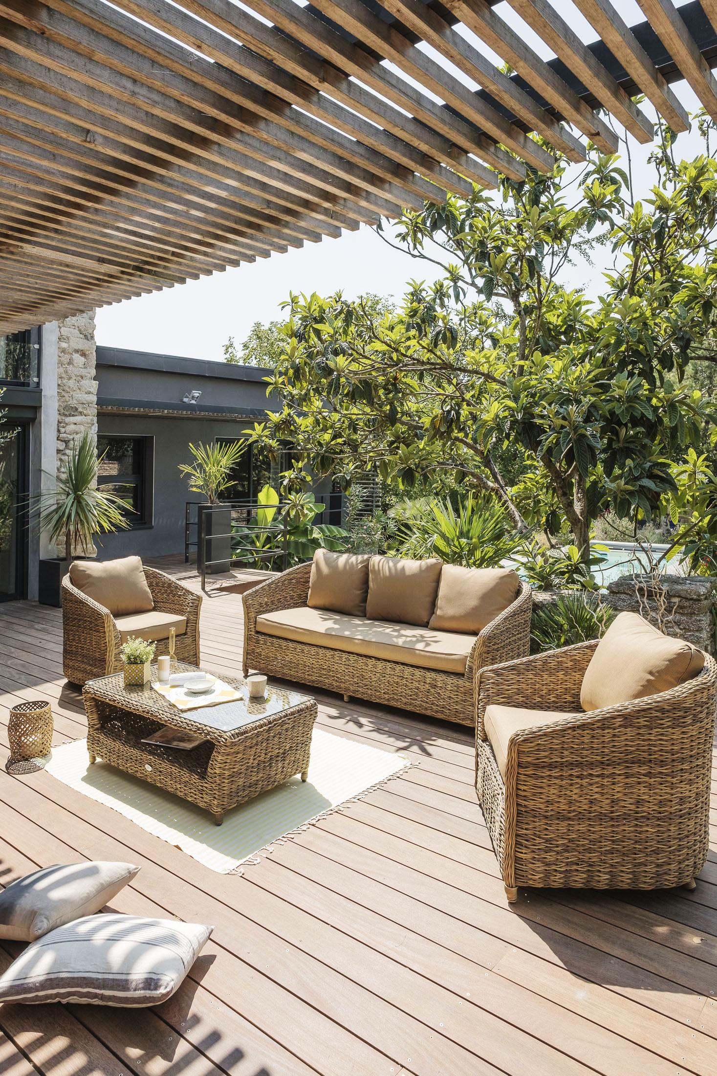 Ambiance extérieur d'un salon de jardin devant une maison ensoleilé