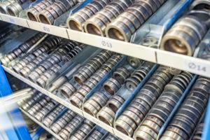 Reportage industriel, vue sur les outils d'une fabrique de portes
