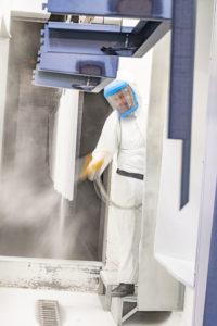 Reportage industriel, vue d'une cabine de peinture industrielle