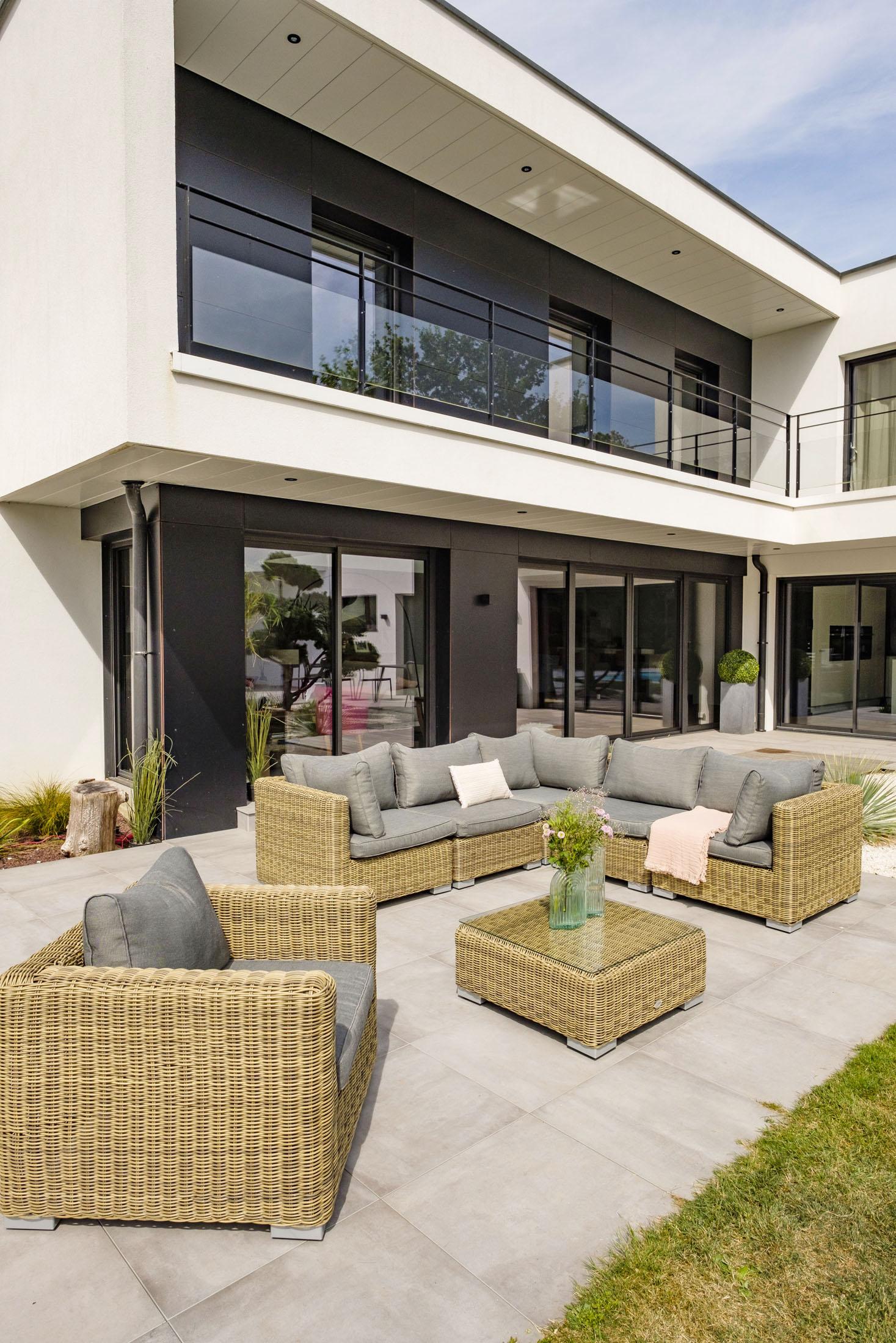 Ambiance extérieur d'un salon de jardin sur la terrasse d'une grande maison