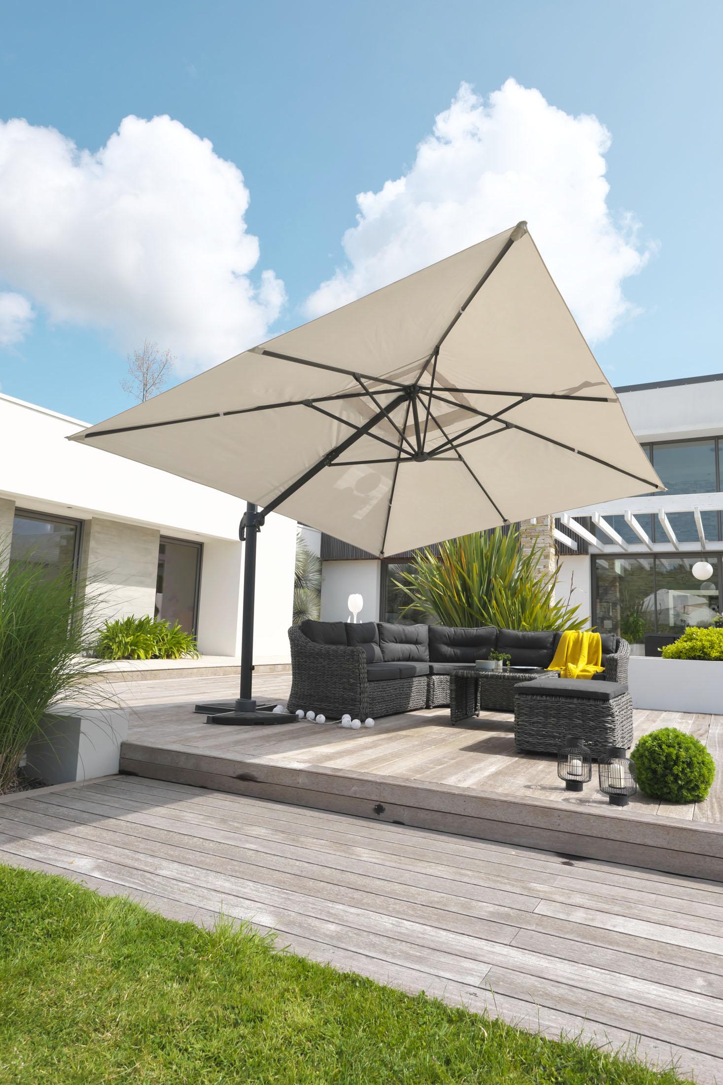 ambiance extérieur un salon de jardin avec un parasol ouvert