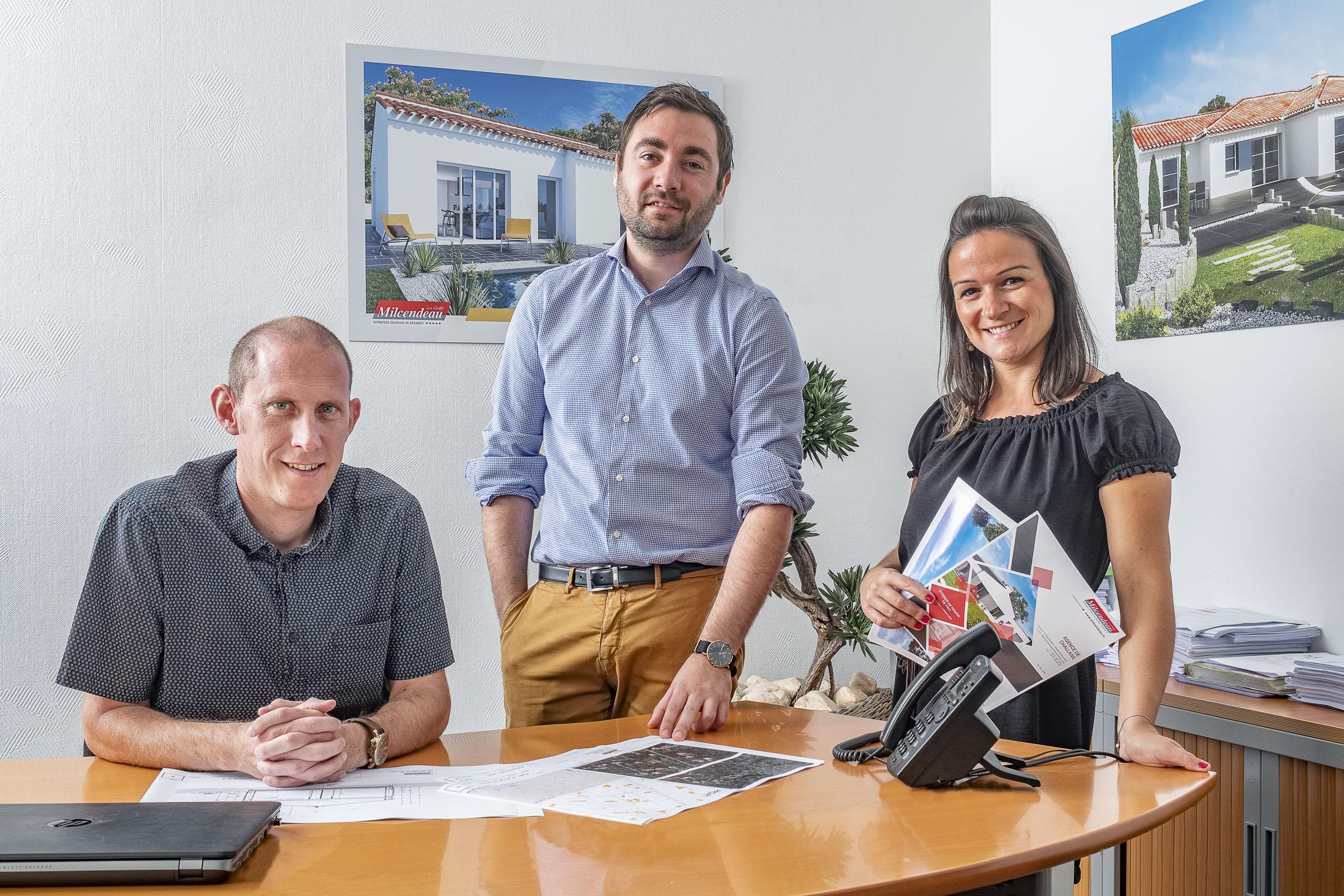 Portrait d'une équipe de travail devant un bureau