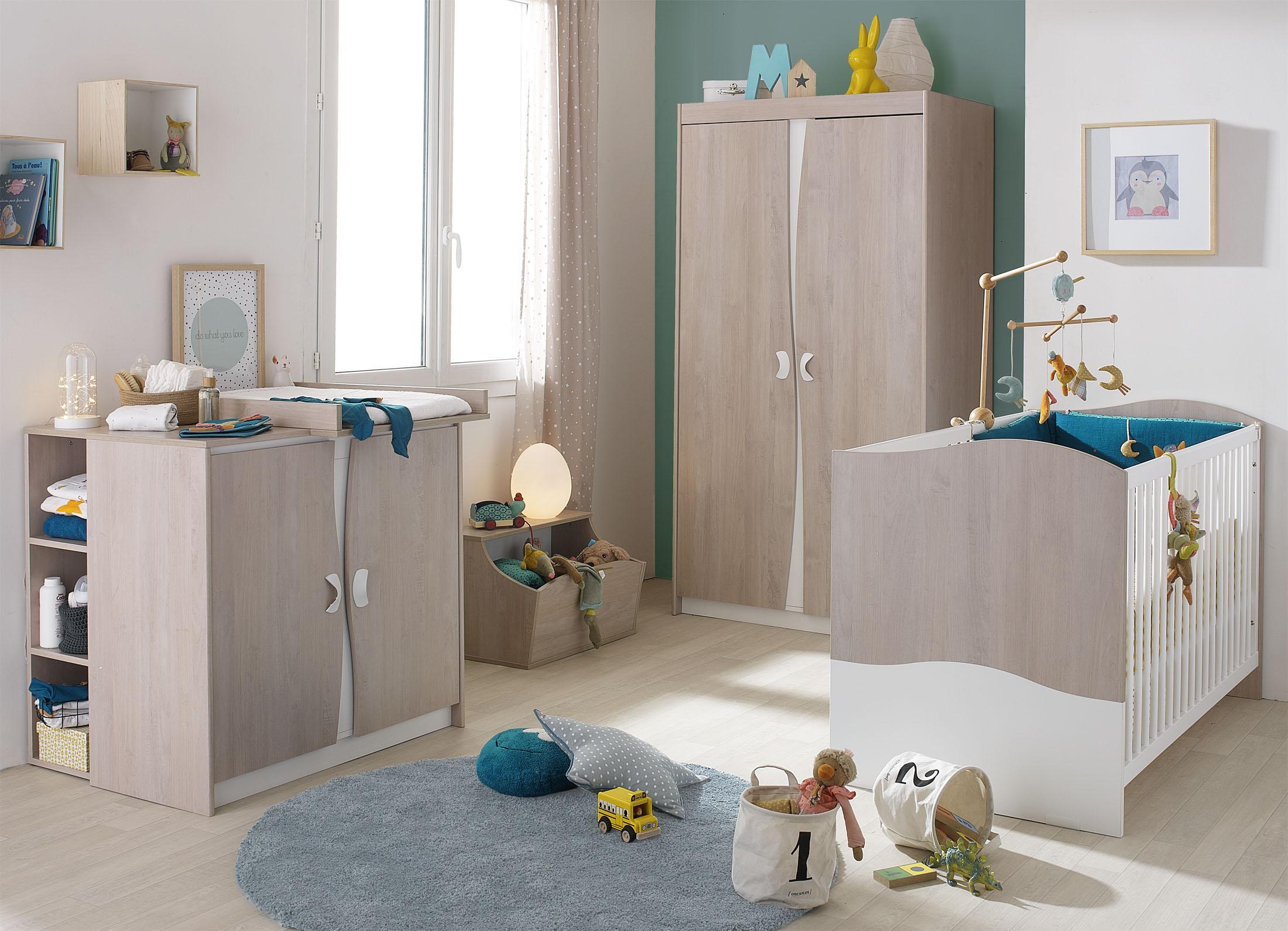 Ambiance en studio d'une chambre de bébé, lit commode et armoire.