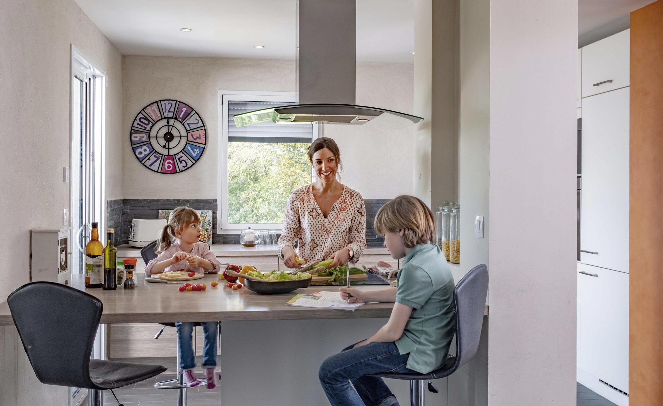 Ambiance d'un instant de vie d'une famille dans la cuisine