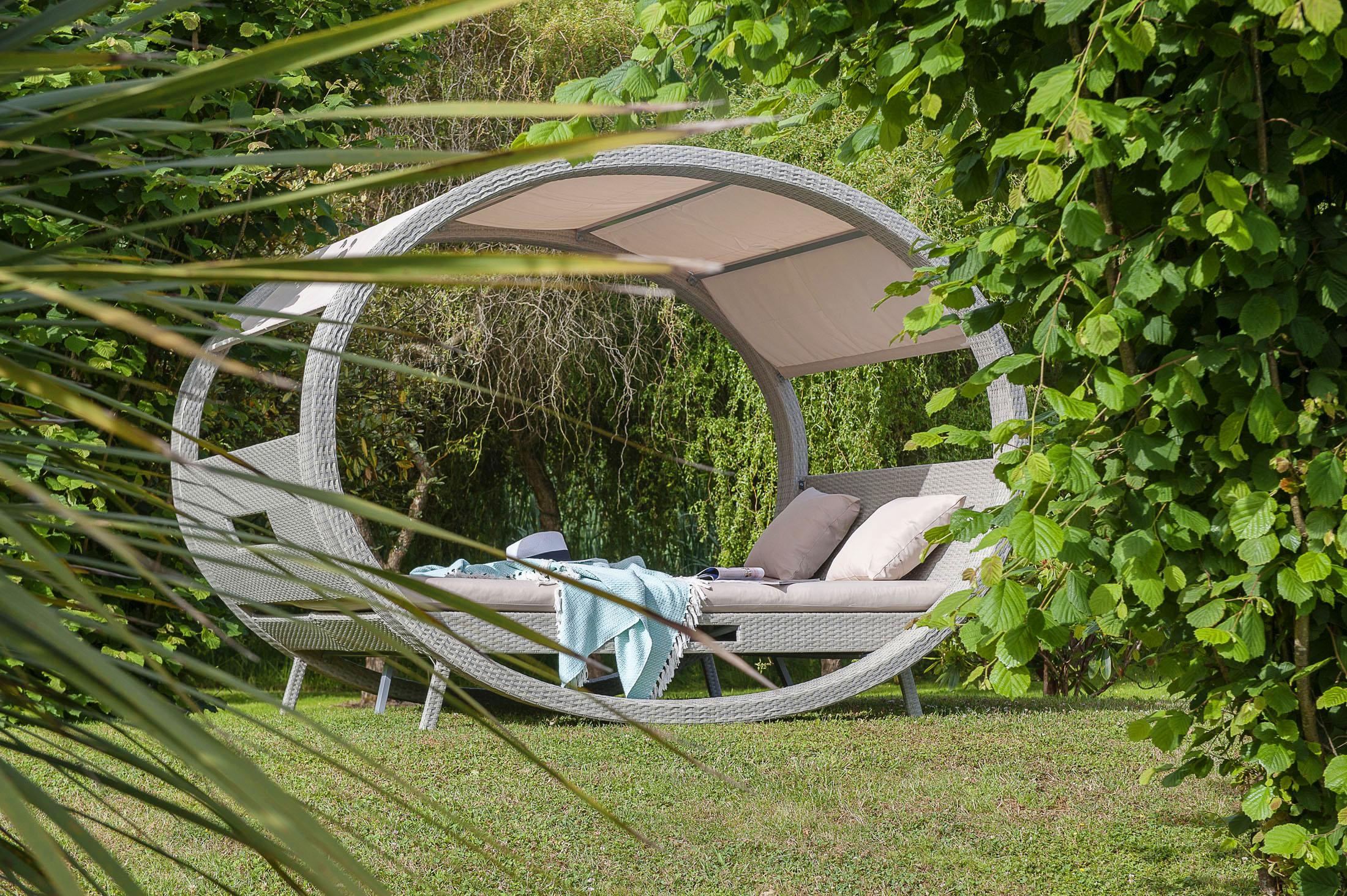 Ambiance de jardin d'un bain de soleil pour deux très design