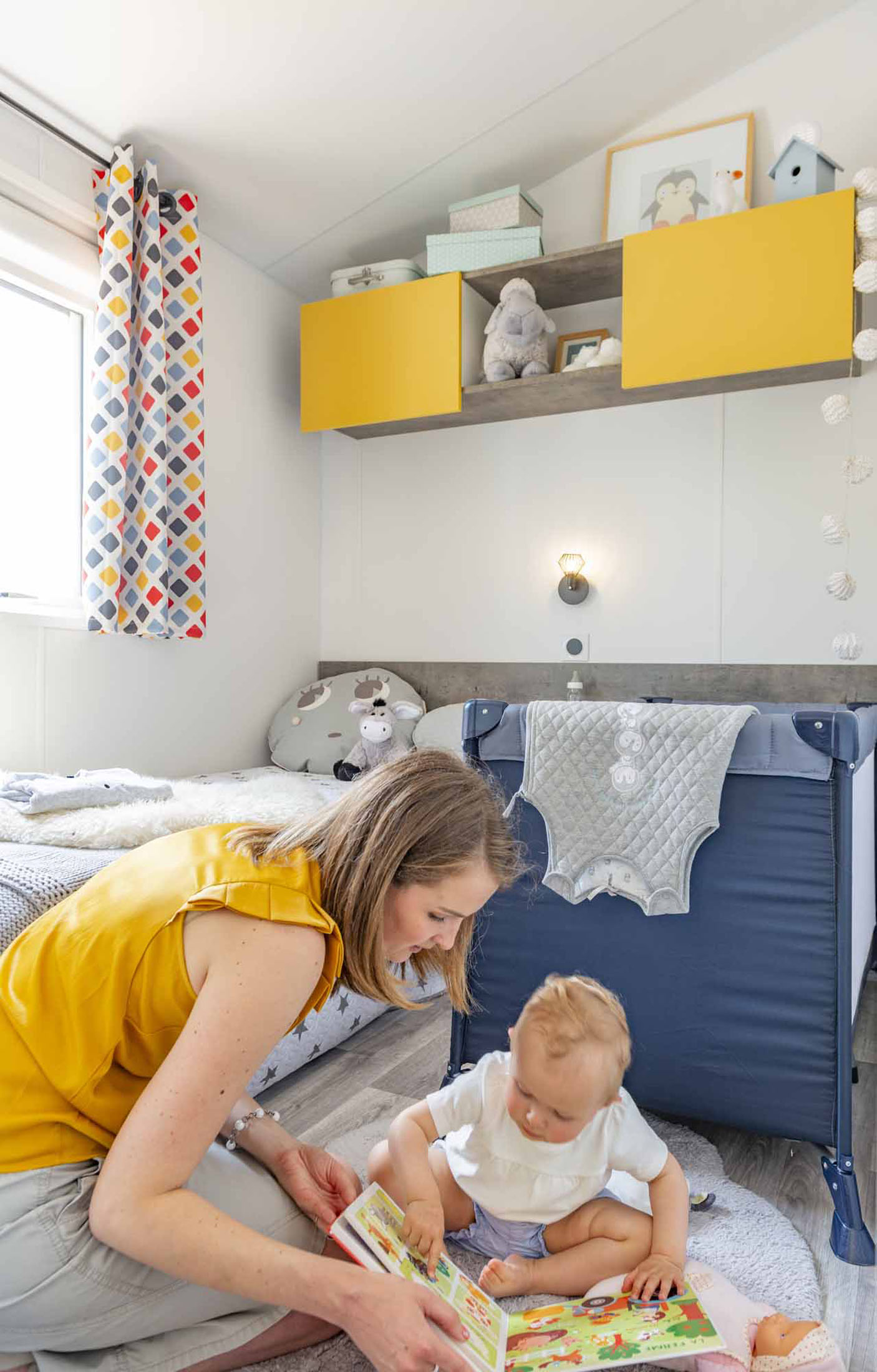 Ambiance d'un instant de vie d'une mamans et son enfant dans une chambre d'un mobil-home