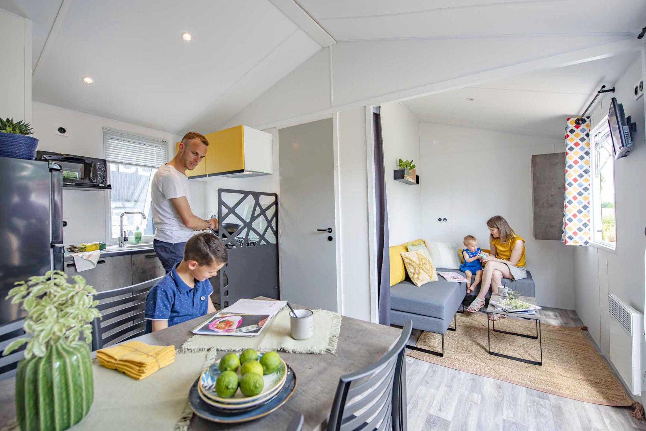 Ambiance instant de vie dans un mobil-home d'une petite famille