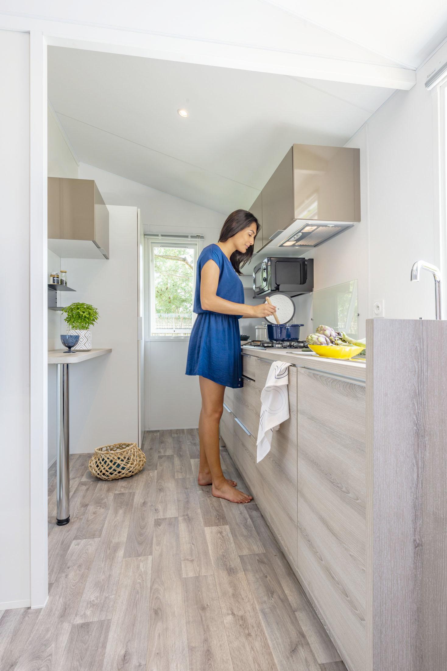 Ambiance mannequin dans une cuisine de mobil-home