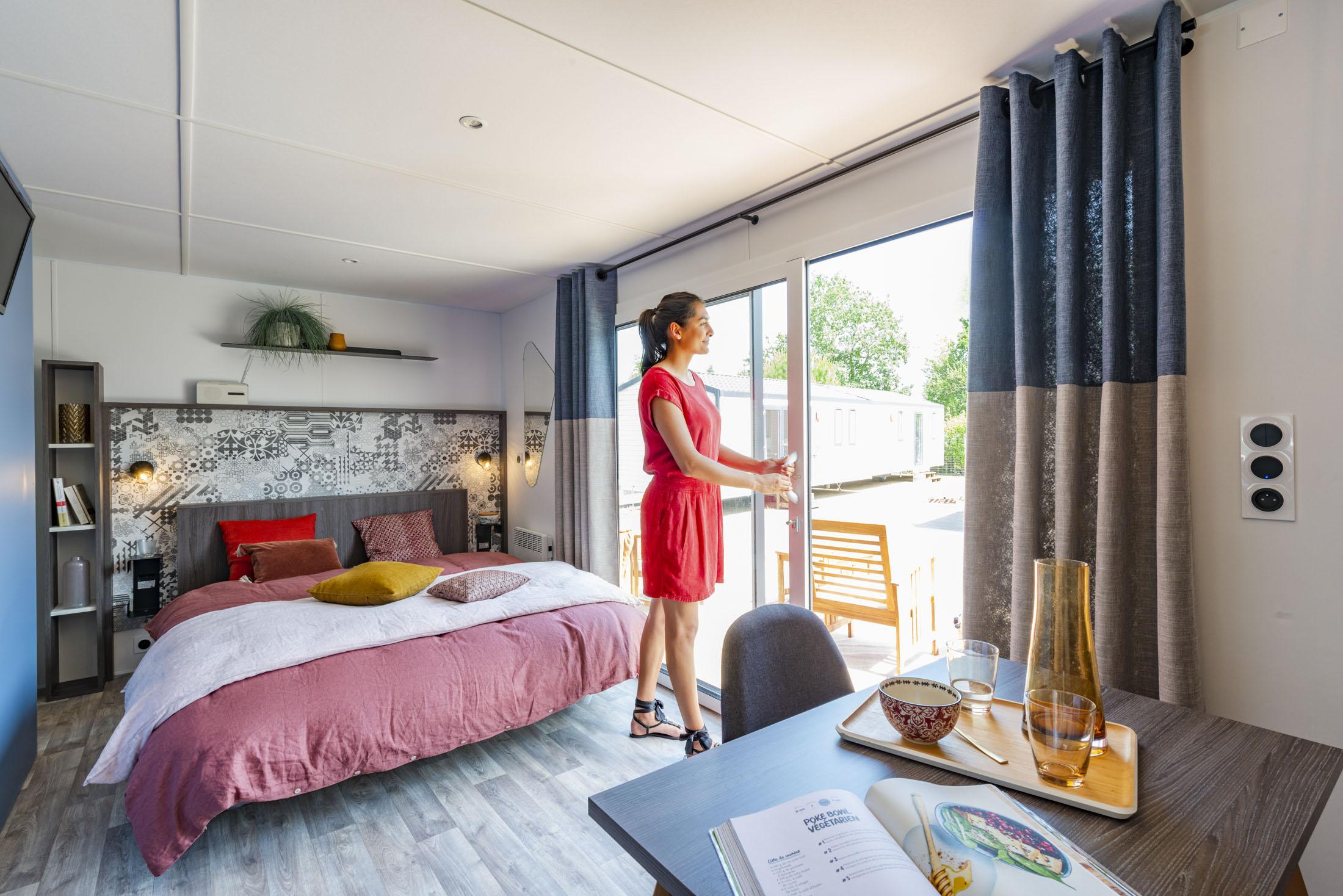 Ambiance de chambre d'un mobil-home avec mannequin devant la fenêtre