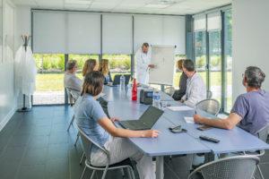 Reportage , photo d'une équipe de collaborateurs dans une salle de réunion