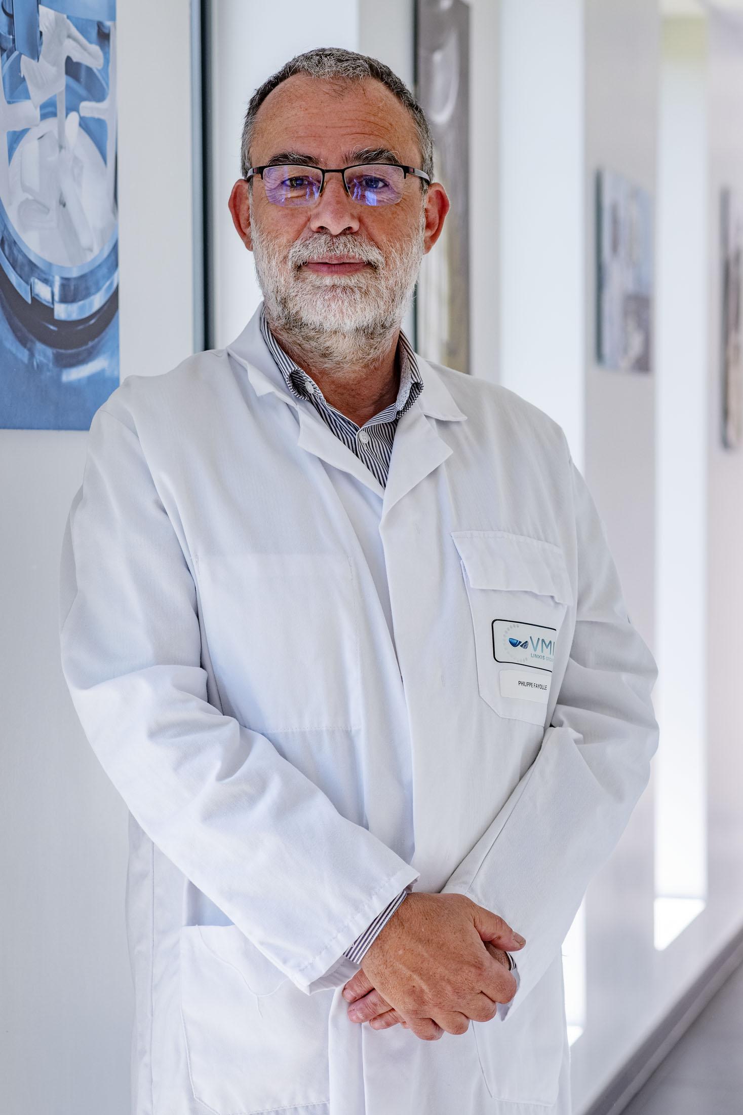 Portrait couleur d'un homme en blouse blanche dans un couloir