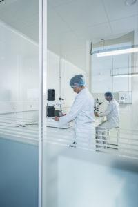 Reportage de personnes travaillant dans un laboratoire
