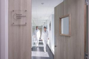 Repotage de personnes manchant dans un couloir de laboratoire