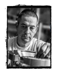 Portrait noir et blanc d'un technicien