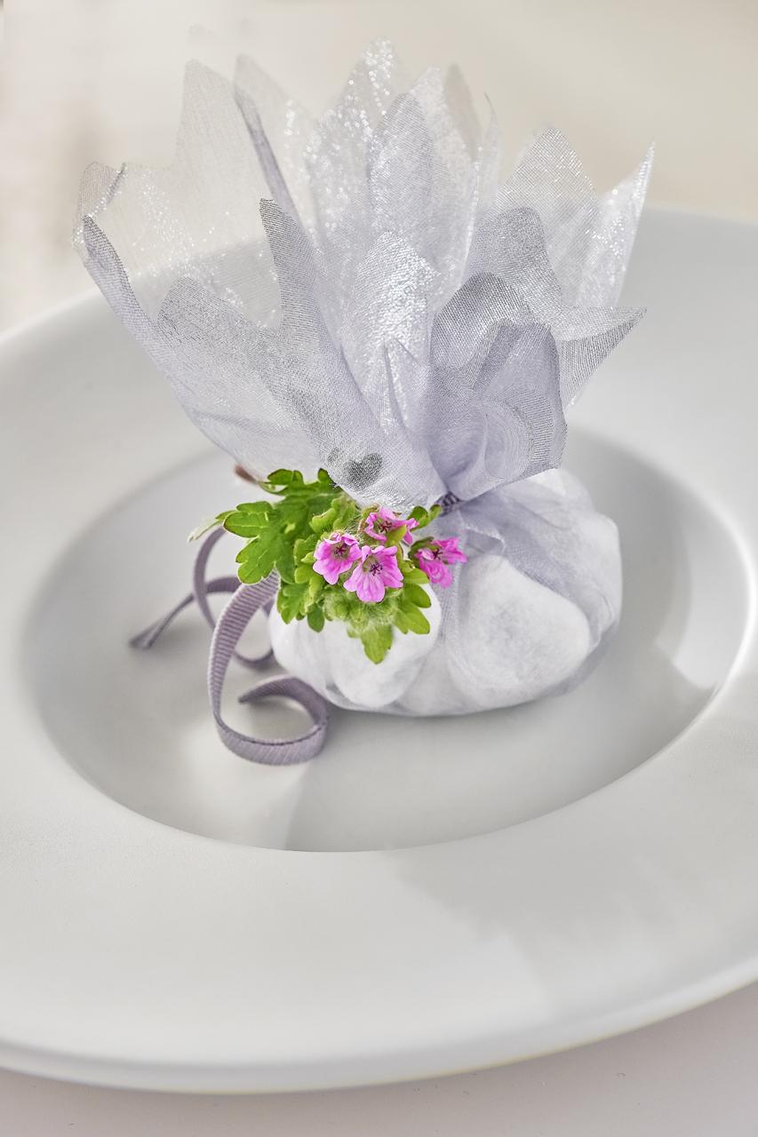 sac de pierres avec ficelle et fleur