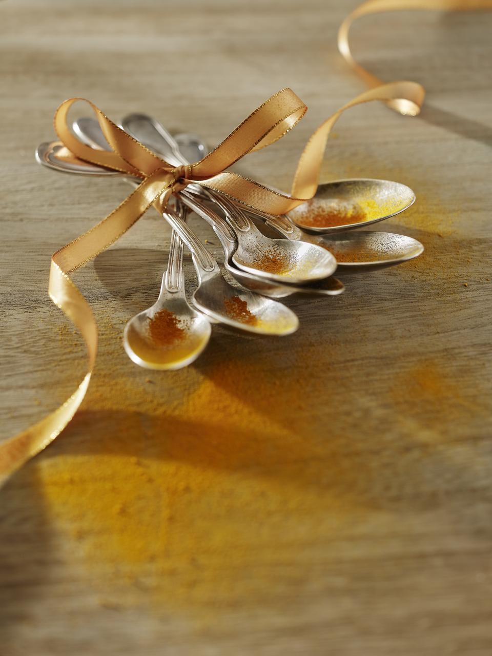 Cuillières attachées avec un ruban couleur or