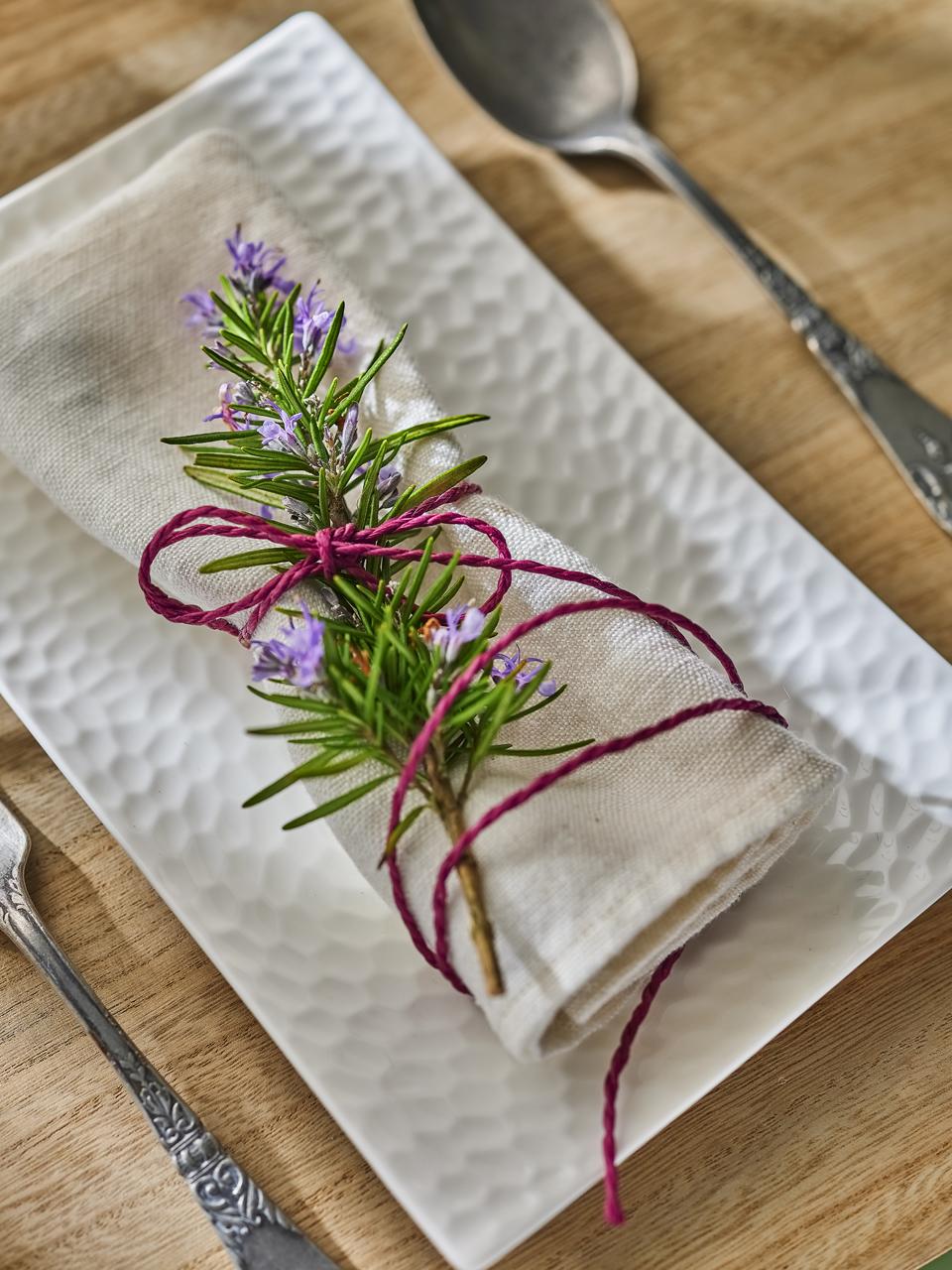 Serviette avec de la lavande dans une assiette
