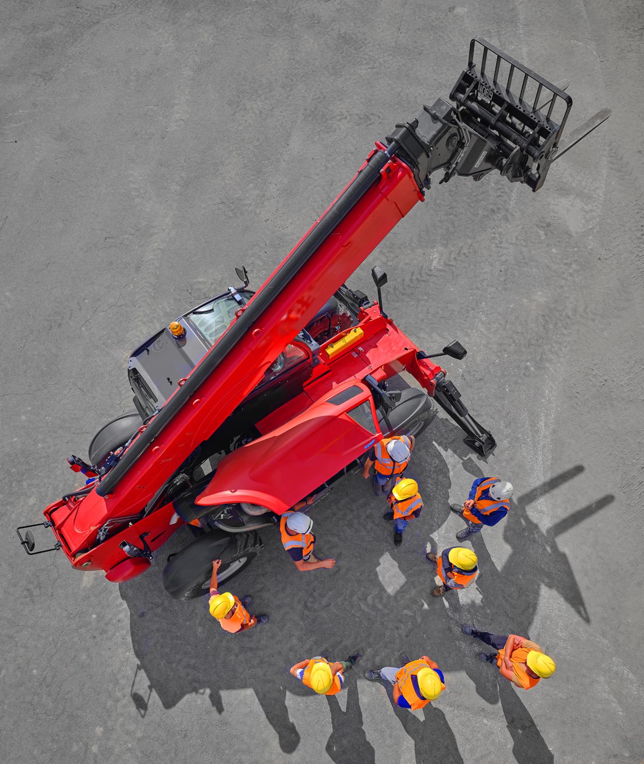 hommes en formation autour d'une pelle mécanique vue du dessus